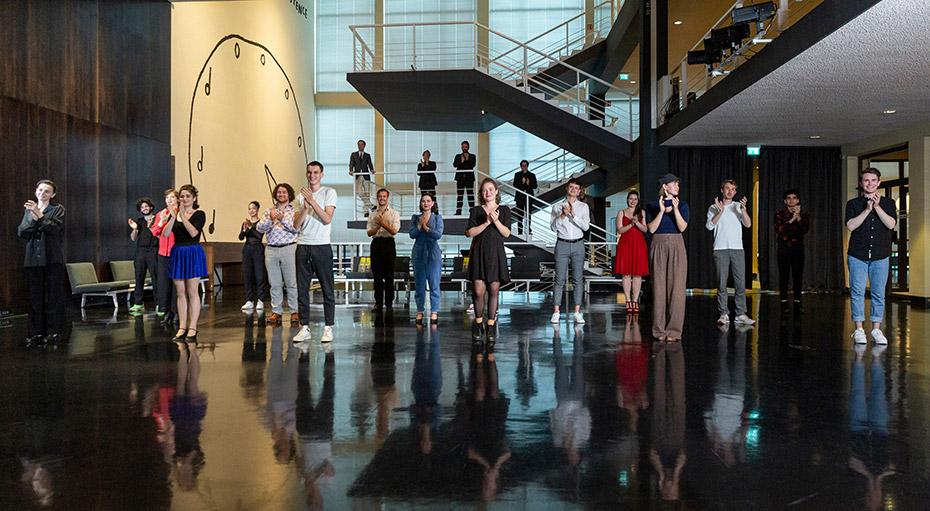 Die Preisträger*innen nach dem Konzert im Foyer der Deutschen Oper Berlin | Foto: Thomas Koy